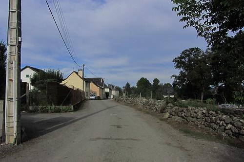 20120925 27 065 Jakobus Buzy Straße Steinmauer Häuser Wolken