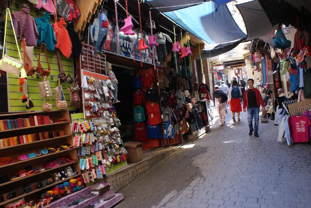 Produits à bas coût fabriqués en Asie et vendu dans les ruelles de la médina de Fès.