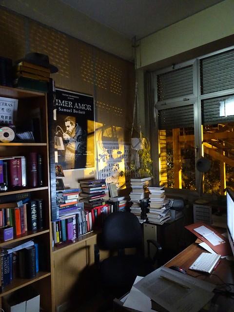 Mi despacho y mi póster de Primer Amor