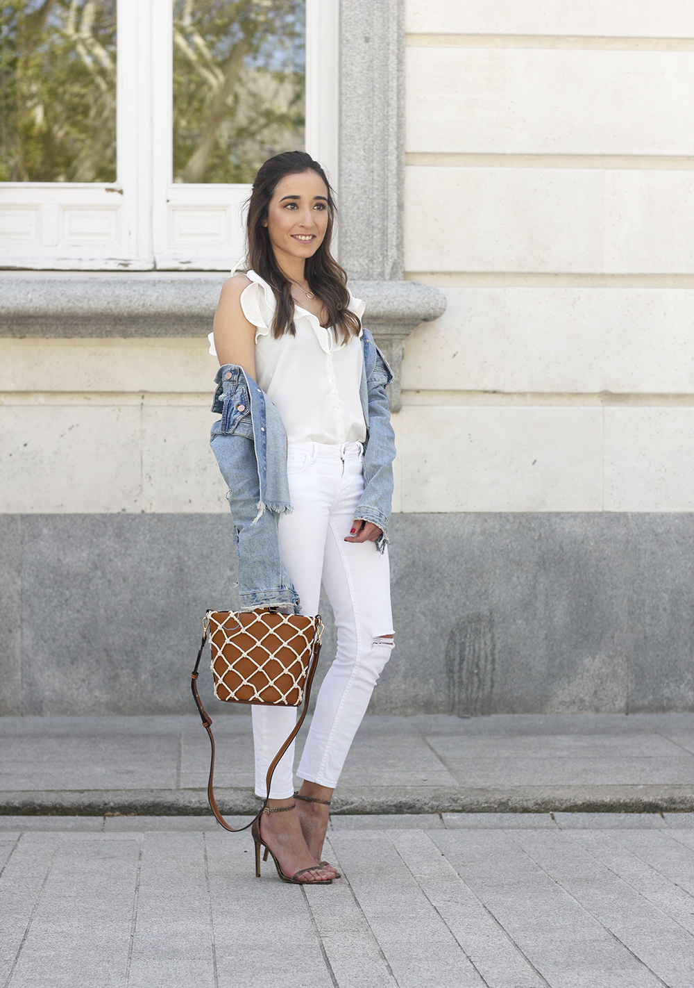white outfit denim jacket bolso mango spring outfit 201806