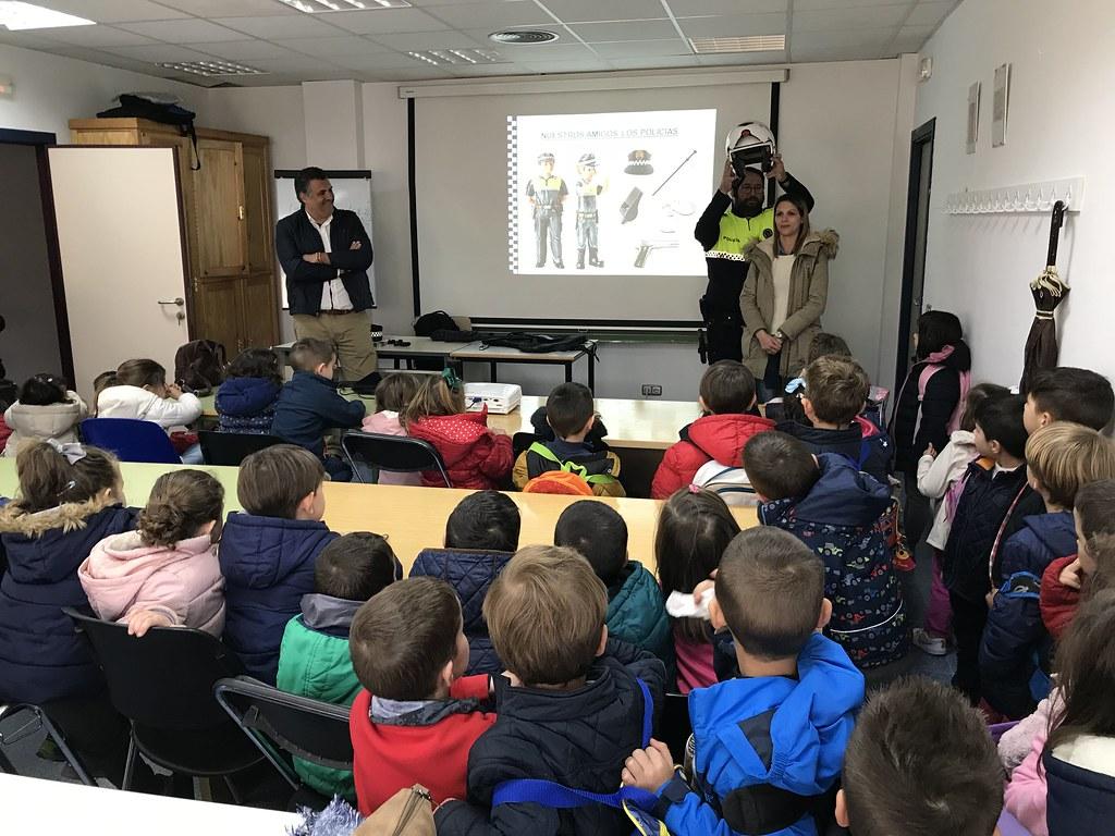 La Policía Local de Coria recibe a los niños de la Escuela Infantil Joaquín Ballesteros de Moraleja