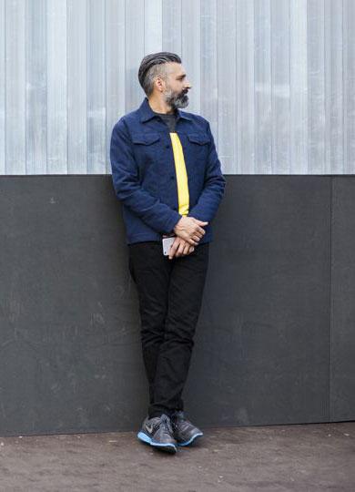 ネイビーGジャン×黒・黄バイカラーTシャツ×黒パンツ×Nikeグレースニーカー