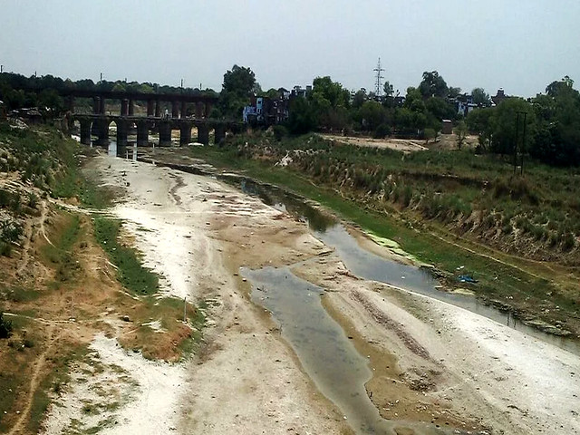 जलालपुर में सूखी सई नदी