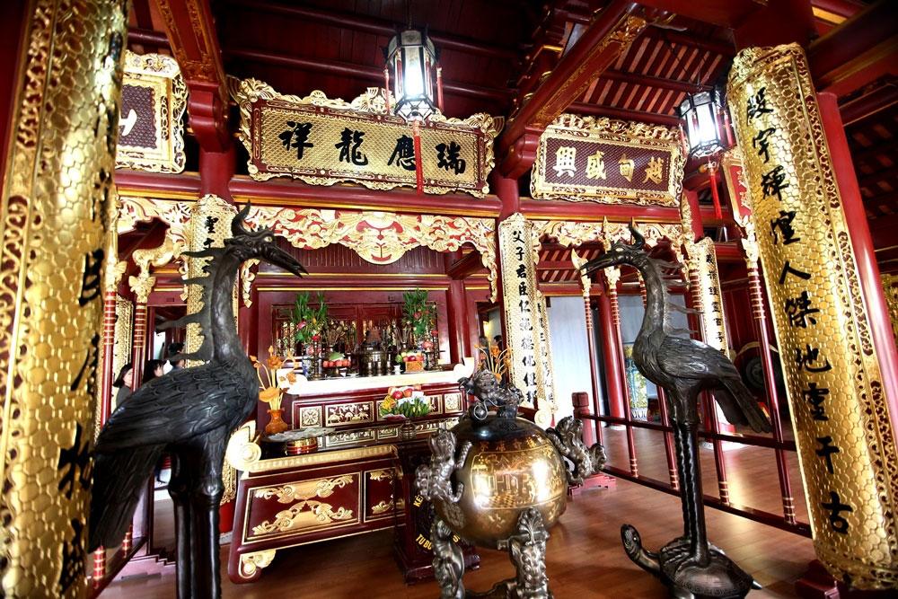 Nội thất bên trong đền chính được làm gỗ lim và sơn son thếp vàng.