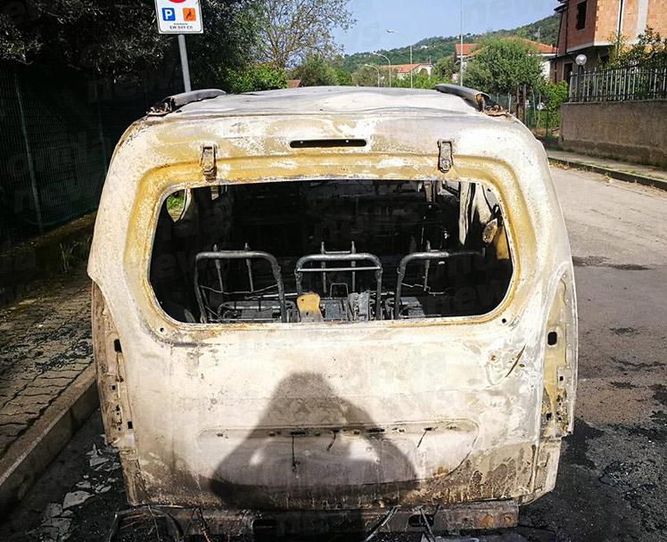 auto incendiata villammare3