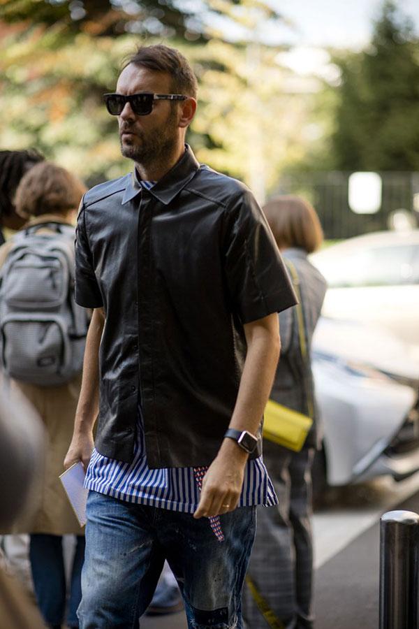 黒半袖シャツ×青白ストライプTシャツ×デニムパンツ