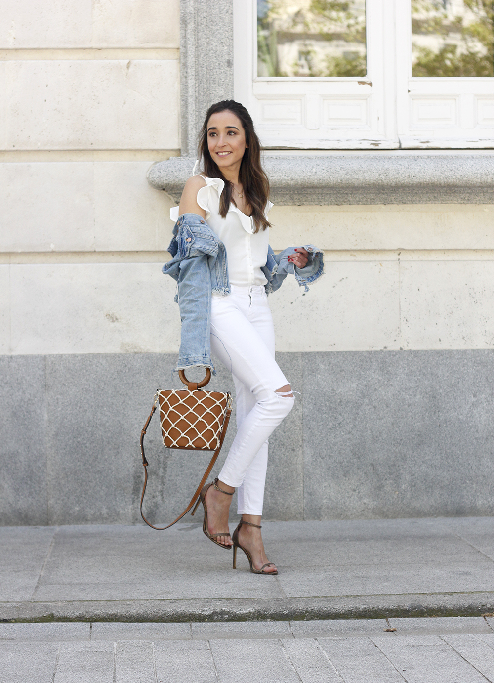 white outfit denim jacket bolso mango spring outfit 201804