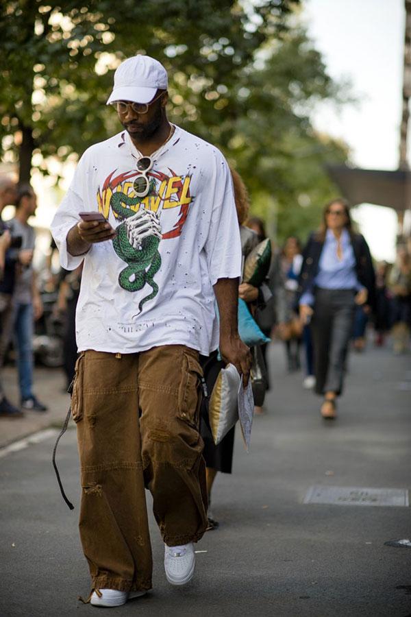 白キャップ×白Tシャツ×ライトブラウンカーゴパンツ×Nikeエアフォース1白
