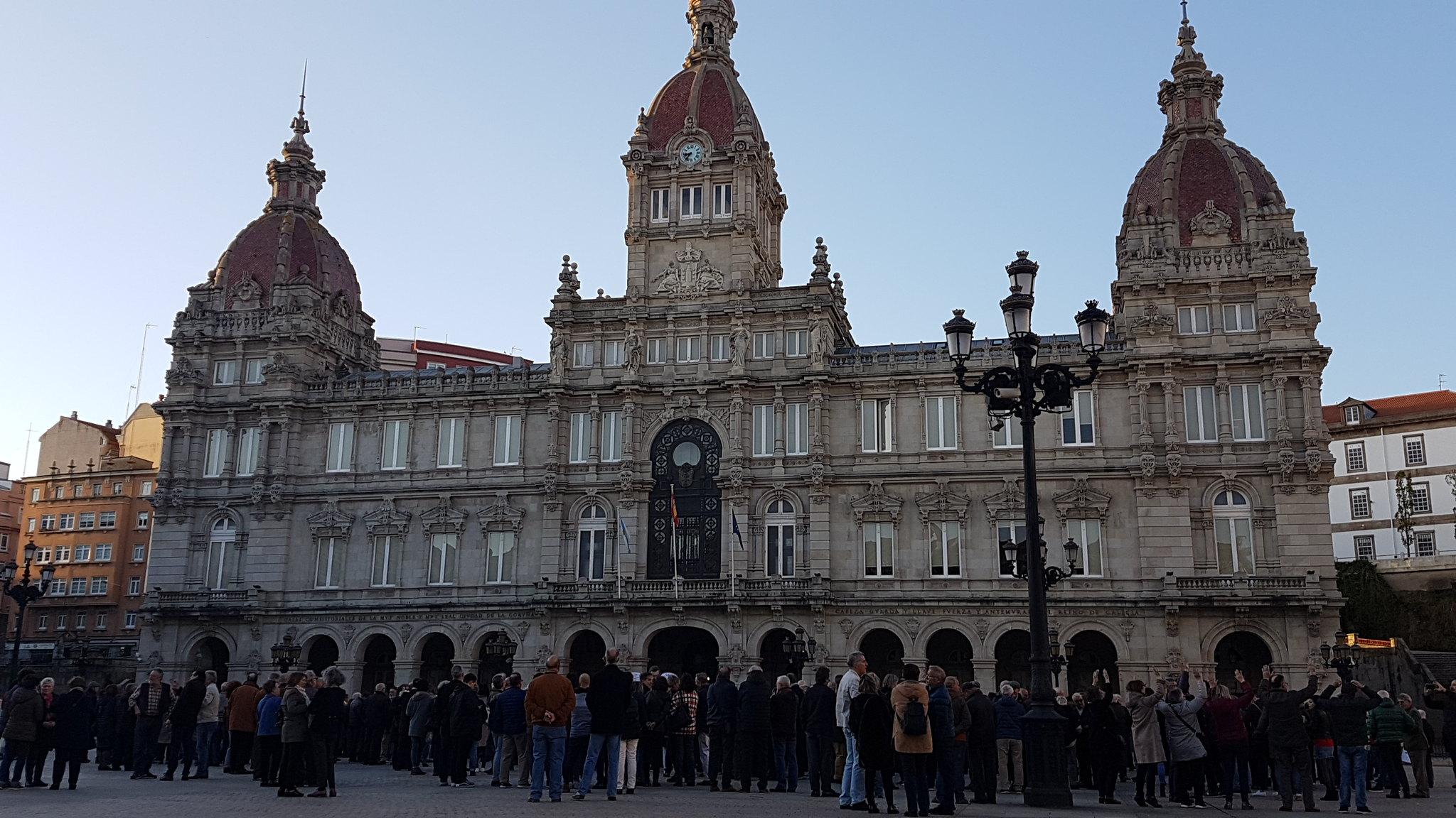 Destino la Plaza de María Pita, ante ella el Alcalde, que acompañó la marcha, le ofrece su apoyo