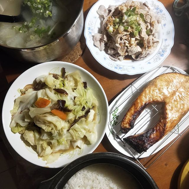 20180410 ✓烤味噌鮭魚 ✓檸檬蒜泥白肉 ✓炒高麗菜 ✓冬瓜排骨湯 ✓鍋煮白飯 #葛蘿的餐桌 #煮飯神器 #Hario