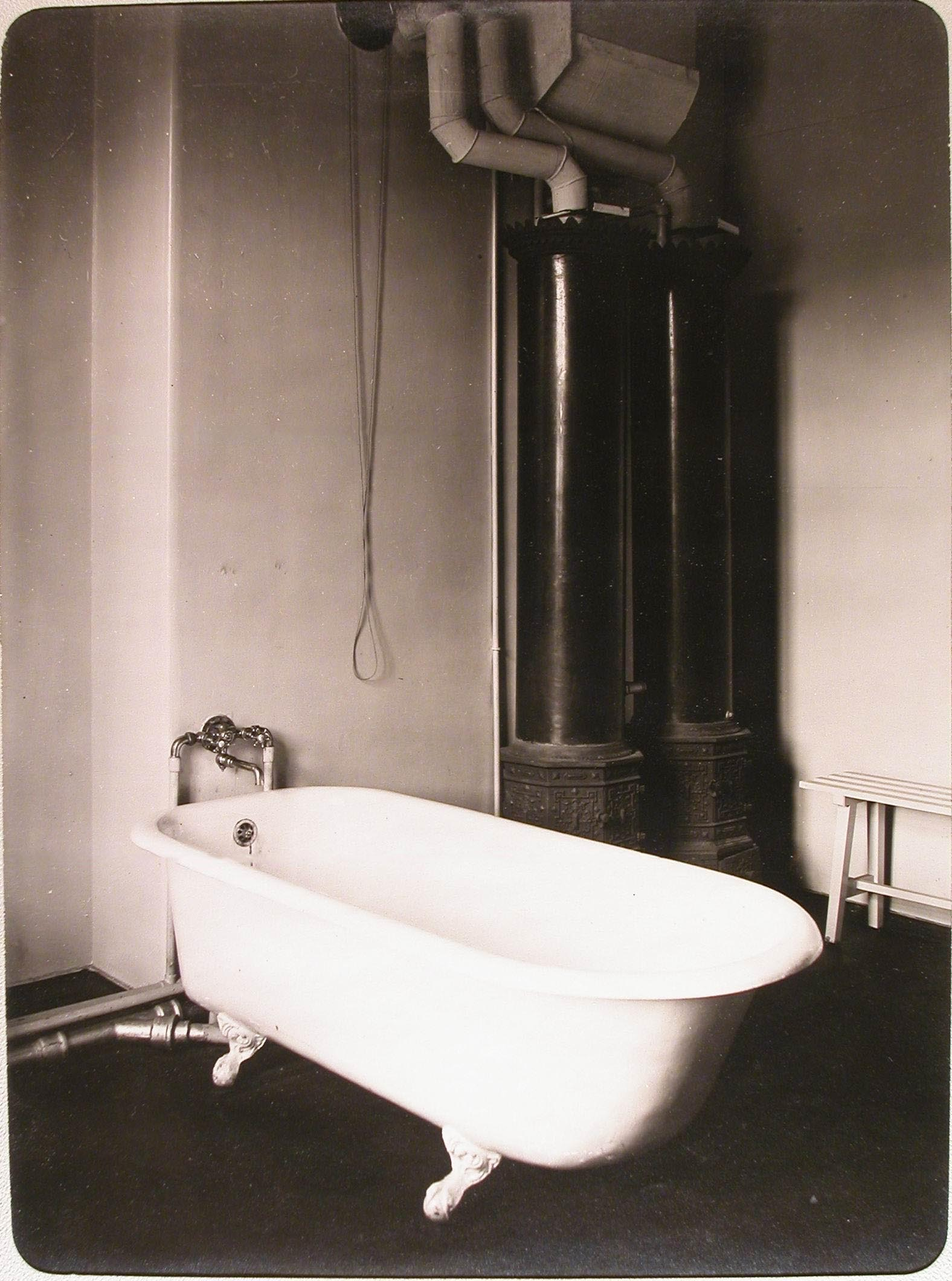 16. Ванная комната лазарета для раненых (на нижнем этаже), устроенного в женском училище имени императрицы Марии Александровны
