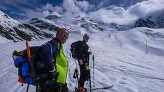 Podejście lodowcem Vadret da Morteratsch do schroniska Chamanna Boval  2495m, w tle Isla Persa 2720m. Maciek i Paweł.