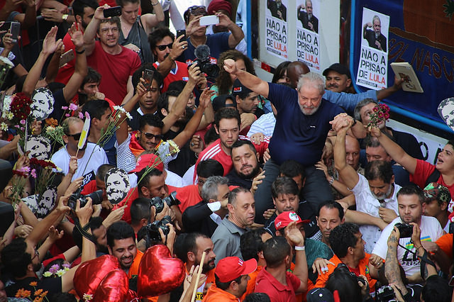 Luis Inicio Lula da Silva is greeted by supporters on Saturday before turning himself in to federal police - Créditos: Brasil de Fato / Julia Dolce