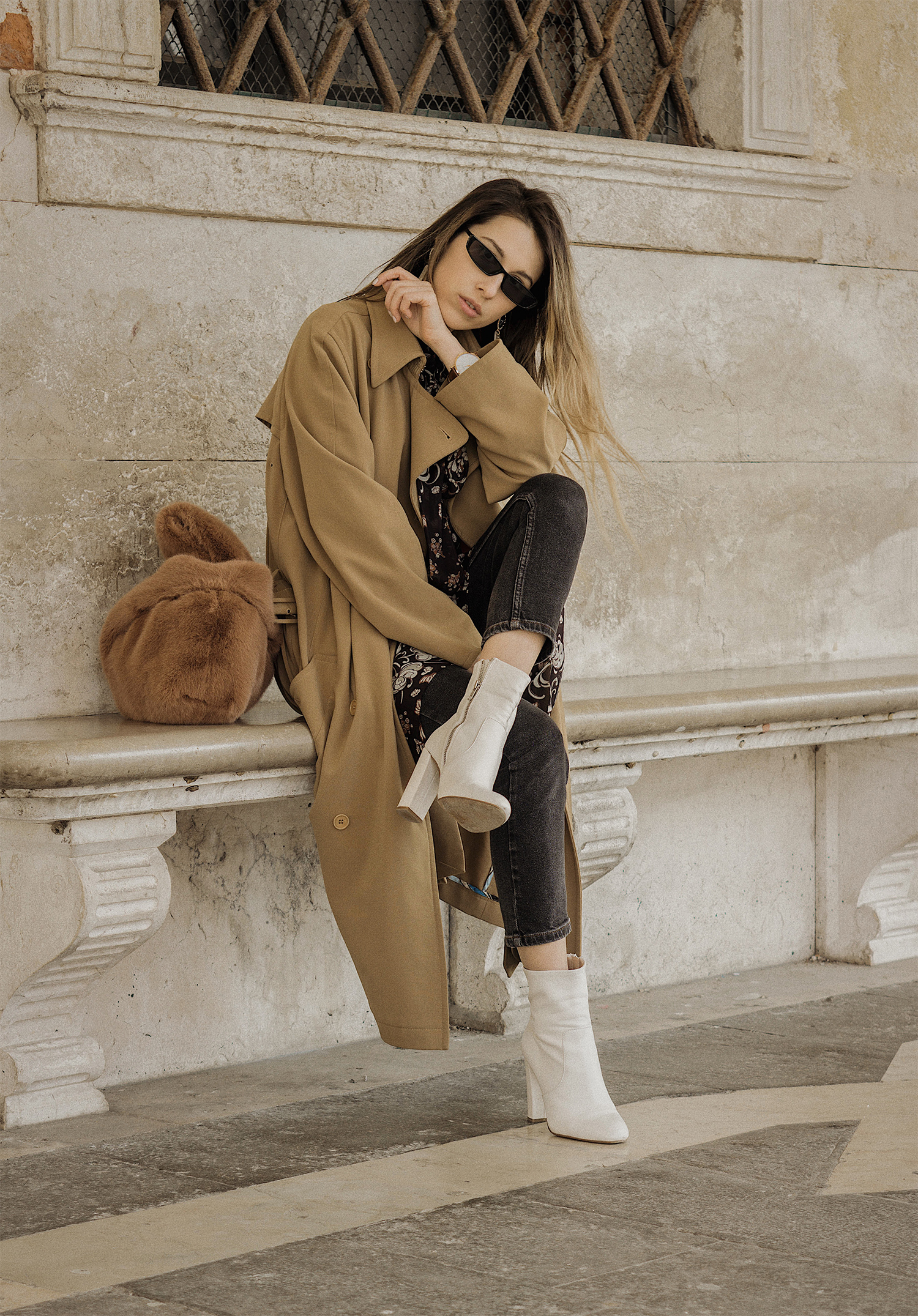 trench_coat_white_boots_dress_with_jeans_venice_italy_fur_bag_fashion_lenajuice_thewhiteocean_03