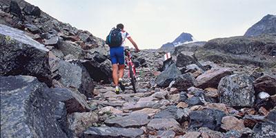Wolfgang Renner schiebt das Bike