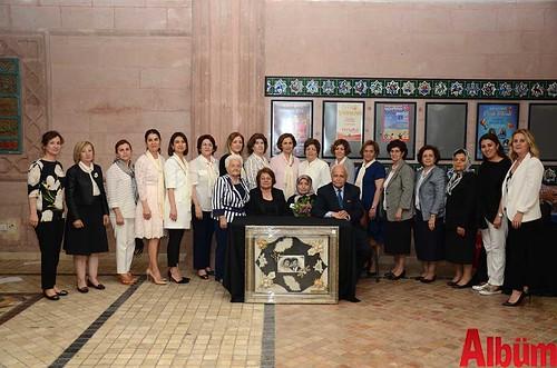 Alanya Kadınları Yardımlaşma Derneği Başkanı Nurcan Okan, Haşim Yetkin ve derneğin üyeleri hep birlikte hatıra fotoğrafı çektirdi.