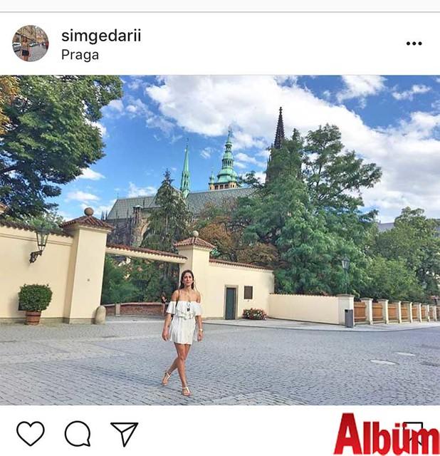 Simge Darı, geçtiğimiz yaz Prag'da çektirdiği fotoğrafını #tbsummer etiketiyle paylaştı.