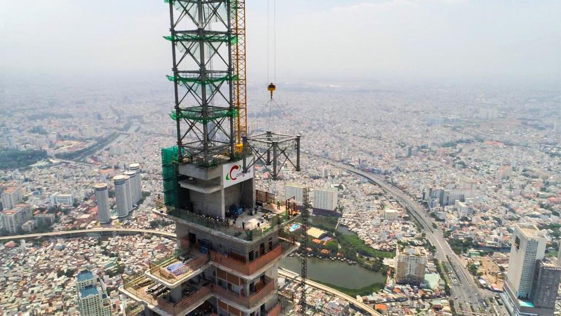 Công tác thi công lắp đặt phần đỉnh tháp (spire) bằng thép tại The Landmark 81.