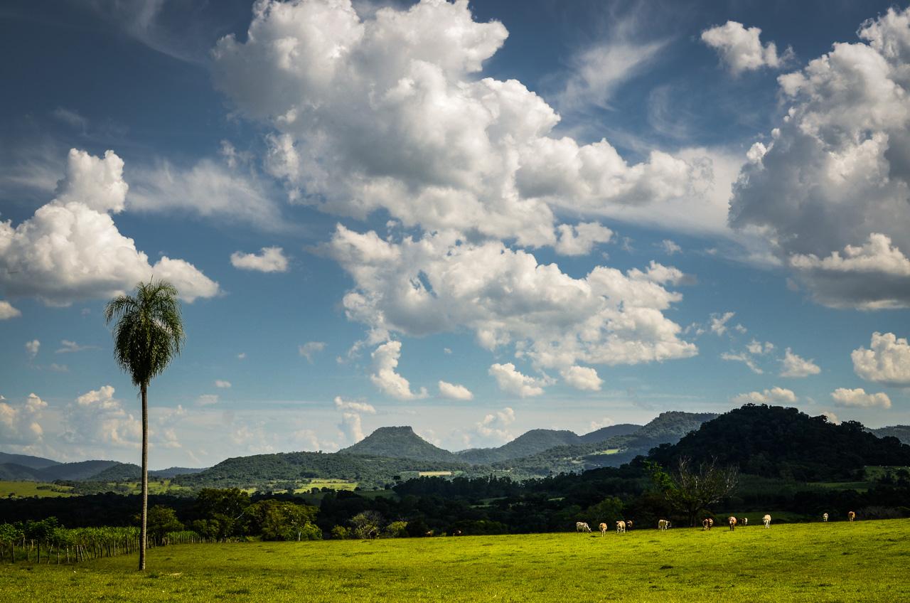 El campo de Colonia Independencia en la Semana Santa pasada, rebosante de nubes hacia arriba y verde intenso hacia abajo. Es una de las localidades que cuenta con los mejores paisajes del Paraguay. (Elton Núñez).