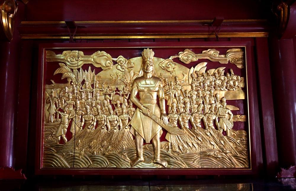 Bức phù điêu Quốc tổ Lạc Long Quân và 50 người con xuống biển.