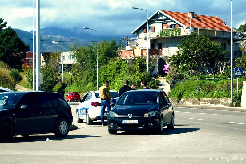 Полицейские патрулируют дорогу