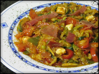 Espaguetis de calabacín con verduras y jamón / Zucchini noodles with vegetables and ham