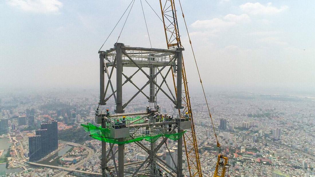 Lắp đặt phần cuối cùng trong khối spire đỉnh tháp Landmark 81.
