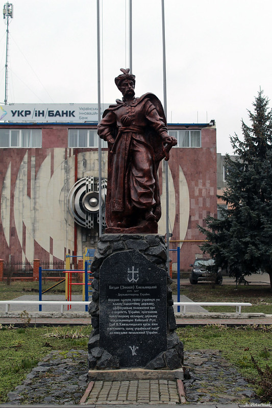 Пам`ятник Богданові Хмельницькому  на території Хмельницького інституту МАУП