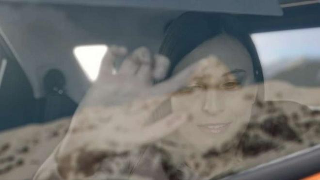 【圖一】Feel The View科技能將窗外的風景拍攝為相片,再轉成高對比度黑白圖像,並透過特殊的LED玻璃重現於車窗上。這些景象會依不同的灰...