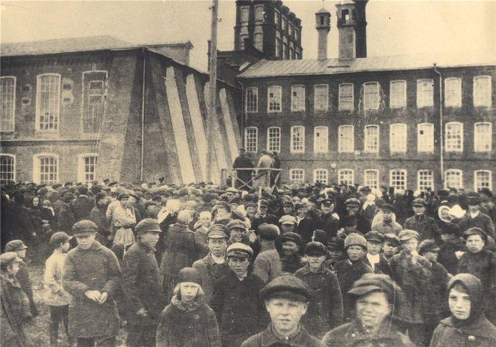 Митинг на хлудовской фабрике. 1917 г.