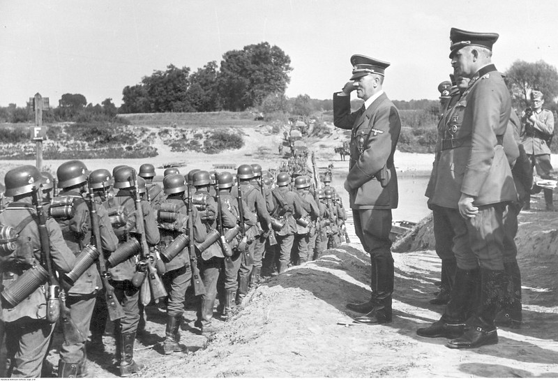 Немецкие войска во время пересечения Вислы вблизи Хелмно. За их действиями наблюдает Адольф Гитлер
