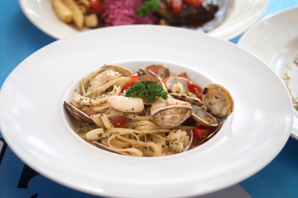 吃 Western Seafood Tom Yum Pasta