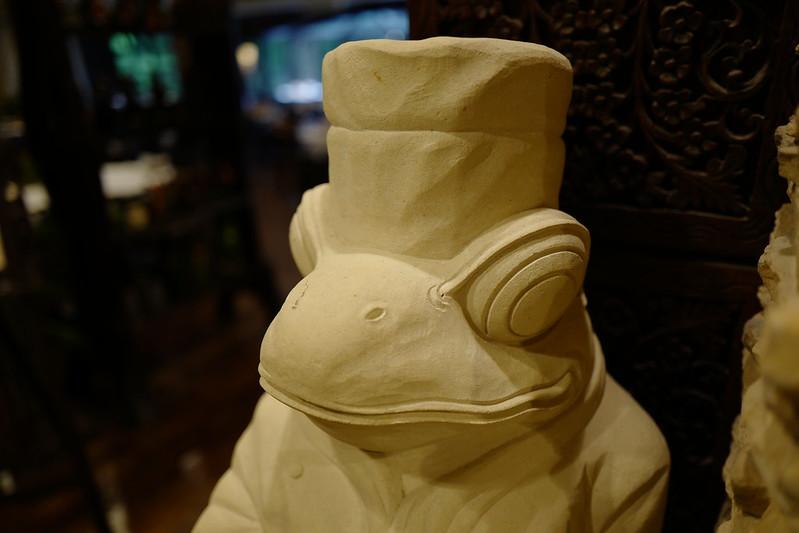 HOTEL SPA ANDA RESORT伊豆高原本館レストラン前のかえるの置物