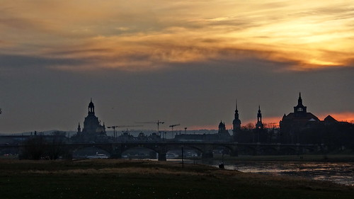 Wolkenmasse über Dresden im Abendrot ein kalter Hauch erinnert an der Gespenster Tod 2170