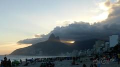 Ipanema 180329 035 Dois Irmãos e raios de sol entre as nuvens aberta linda