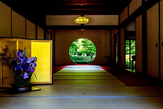 The Window of Enlightenment of Meigetsuin in Kamakura : 北鎌倉・明月院 方丈「悟りの窓」