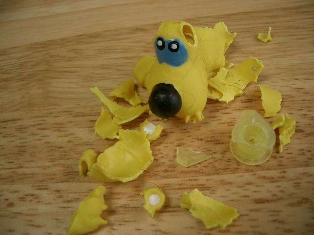 室内の遊びで壊れた犬のおもちゃ