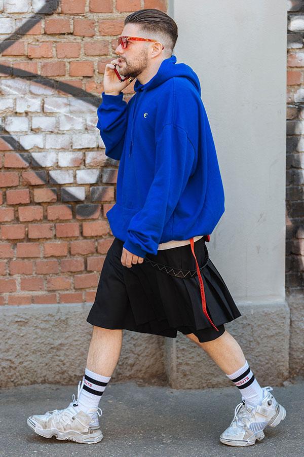 青スウェットパーカー×黒巻きスカート×白スニーカー