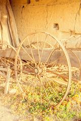 vieil outil dans une grange abandonnée