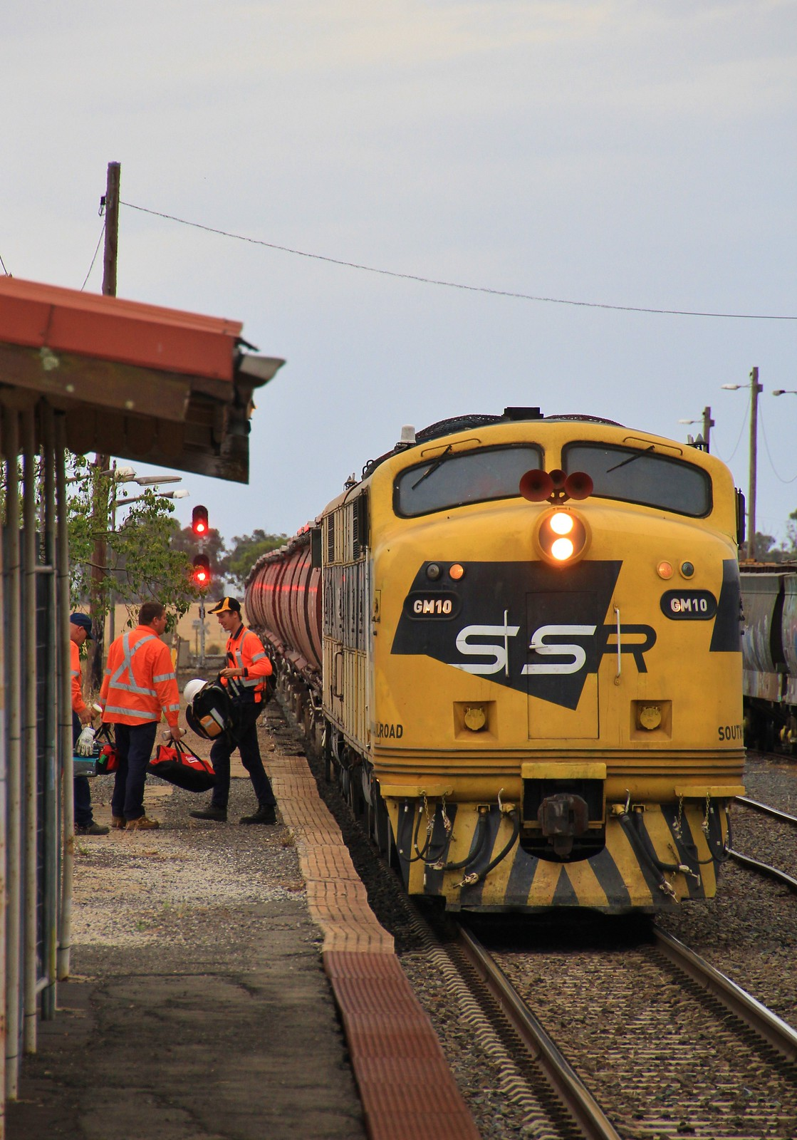 GM10 and GM22 stop at Murtoa station for a crew change before departing for the docks by bukk05