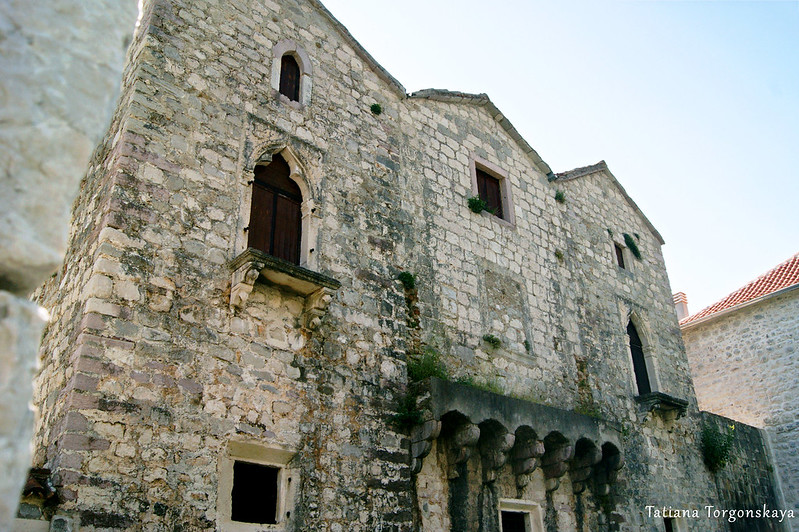 Фасад дворца Трех сестер