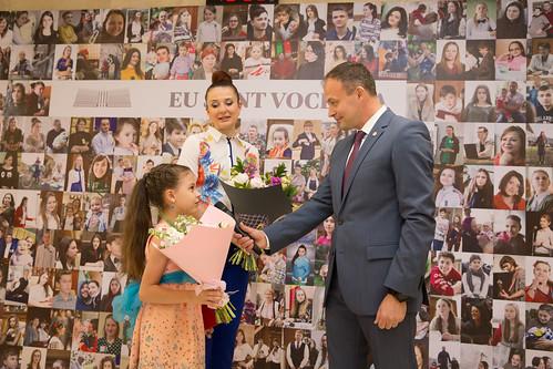 """31.05.2018 Diploma Parlamentului Republicii Moldova înmânată elevei Liceului republican de muzică """"Ciprian Porumbescu"""", Catherine Caraman."""