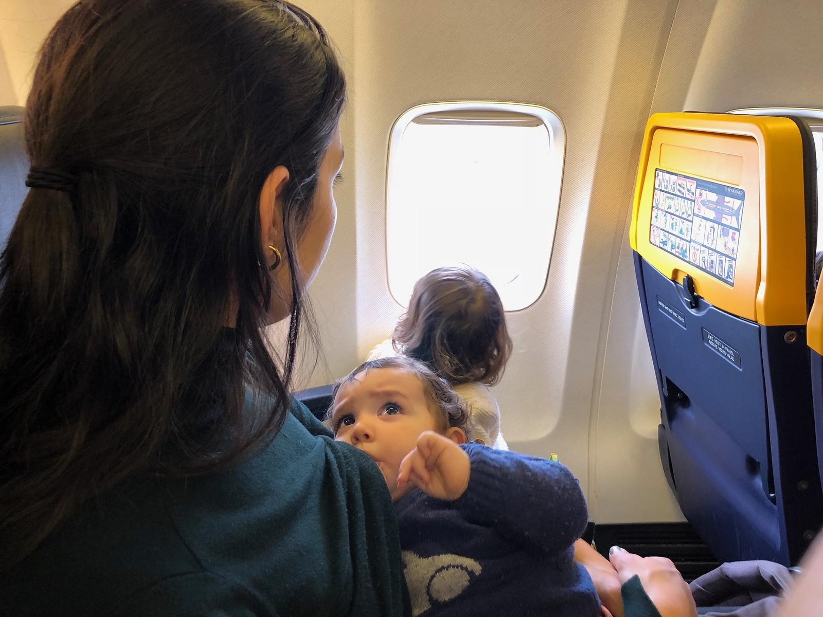 Posición habitual en los viajes: Samuel en la teta y Eva jugando