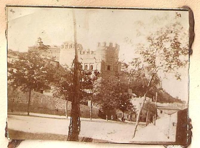 Puerta del Sol en Toledo en 1898. Anónimo Francés.