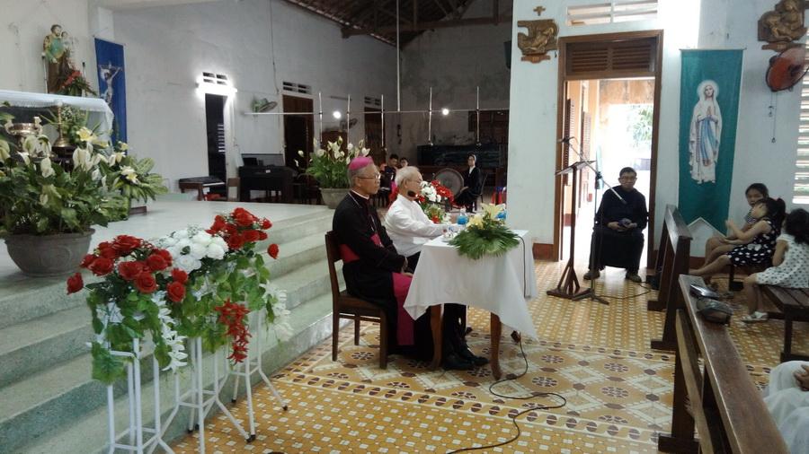 Đức Giám mục kinh lý Giáo xứ Đồng Tiến