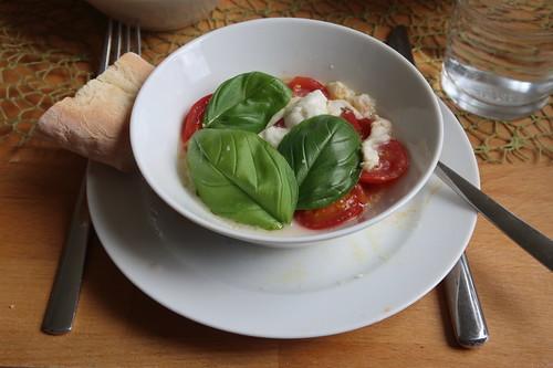 Heiße Tomaten mit Mozzarella und Basilikum