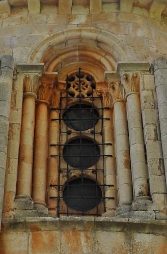 Albendiego (Guadalajara-España). Iglesia.  Ábside. Ventana