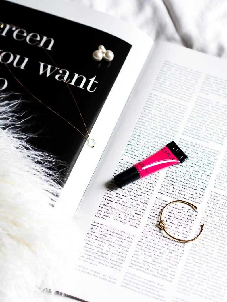 lola-makeup-lipgloss-pink