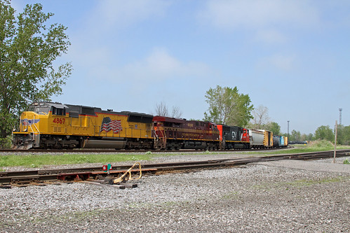 C93-23 makes it way down the Howard Runner toward CP437 in Buffalo, NY behind UP 4867, NS 8102 and CN 5766. The CN unit was dead in tow, making its way home after being rebuilt by AMP in Dansville, NY.