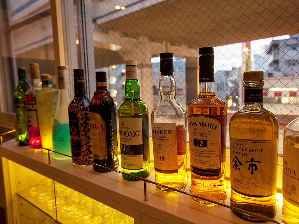 カウンター内に並ぶお酒(夜に撮影)